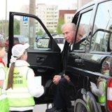 Водитель внимательно слушает участников акции