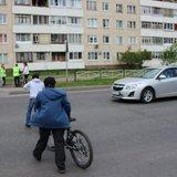 Юные велосипедисты правильно пересекают проезжую часть